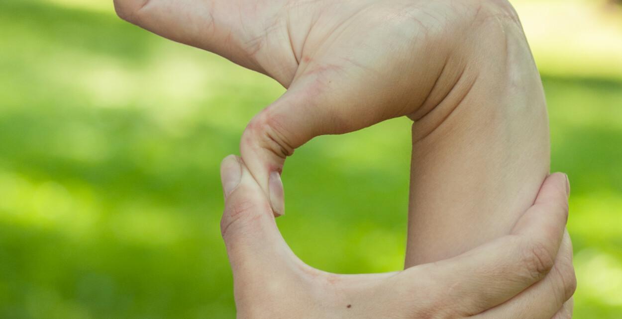 HYPERMOBILITETSSYNDROM: Tilstanden haiketommel er vanlig. Rundt 10 til 20% av befolkningen er tenkt å ha hypermobile ledd i en eller annen grad. Foto: NTB Scanpix/Shutterstock