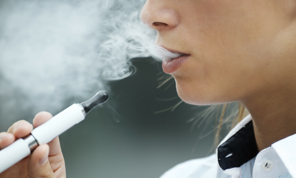 POPULÆRT: Bruken av e-sigaretter har økt veldig de siste årene, og et opphør av forbudet mot salg av nikotinholdige e-sigaretter ble vedtatt av Stortinget i 2016. Foto: Shutterstock.