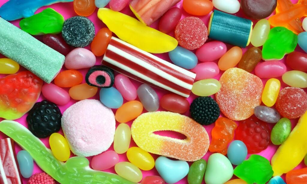 GODTERI: Godterier og leskedrikker inneholder ofte ingredienser som ikke gir farge, og bruken av fargestoffer er derfor svært utbredt. Foto: Shutterstock / NTB Scanpix