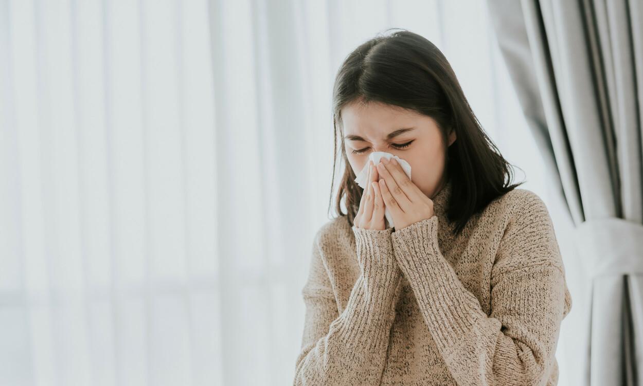 SMITTEMÅTE: Dråpesmitte er smitte gjennom dråper fra en syk person som for eksempel nyser eller hoster. Foto: Shutterstock / NTB Scanpix