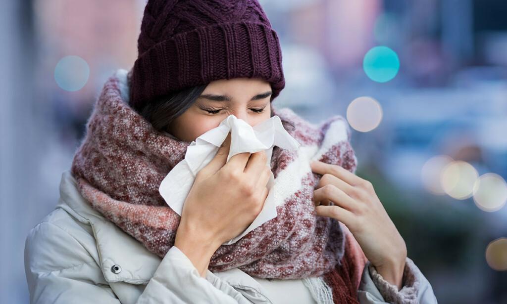 SYMPTOMER PÅ CORONA: De fleste som blir smittet av koronavirus får forkjølelsesymptomer, så blir de friske igjen. Men 1 av 6 utvikler alvorlig sykdom med pusteproblemer og lungebetennelse. Foto: NTB Scanpix/Shutterstock