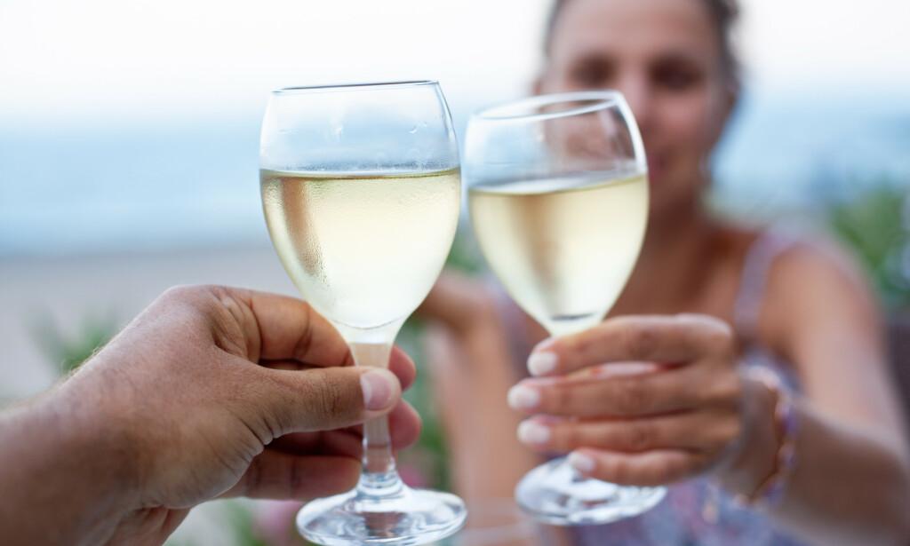 ALKOHOLINNTAK: Mange drikker litt ekstra alkohol om sommeren, og noen bekymrer seg for at det skal ødelegge for vektnedgangen. Foto: NTB Scanpix