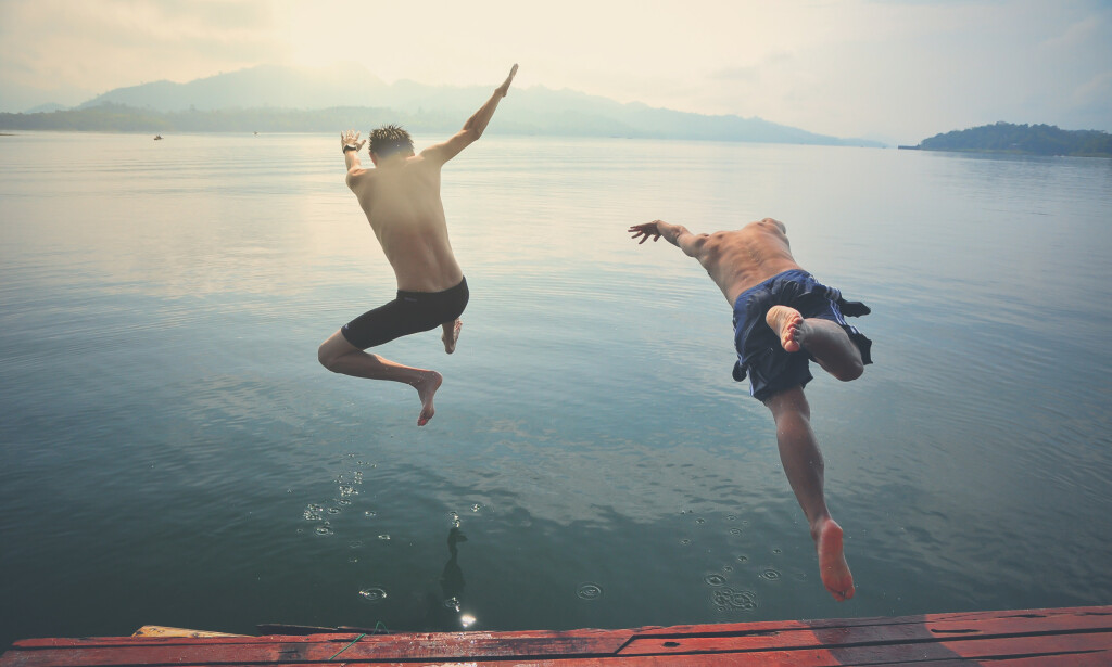 BADING: Når været tillater det, er det deilig å ta seg et bad. Men det er lurt å ta visse forholdsregler før man kaster seg uSt i vannet. Foto: Shutterstock/NTB Scanpix