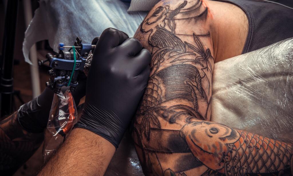 TATOVERING: Tatovering av en kundes ovearm, utført på tatoveringstudio. FOTO: NTB Scanpix / Shutterstock / Deviatov Aleksei