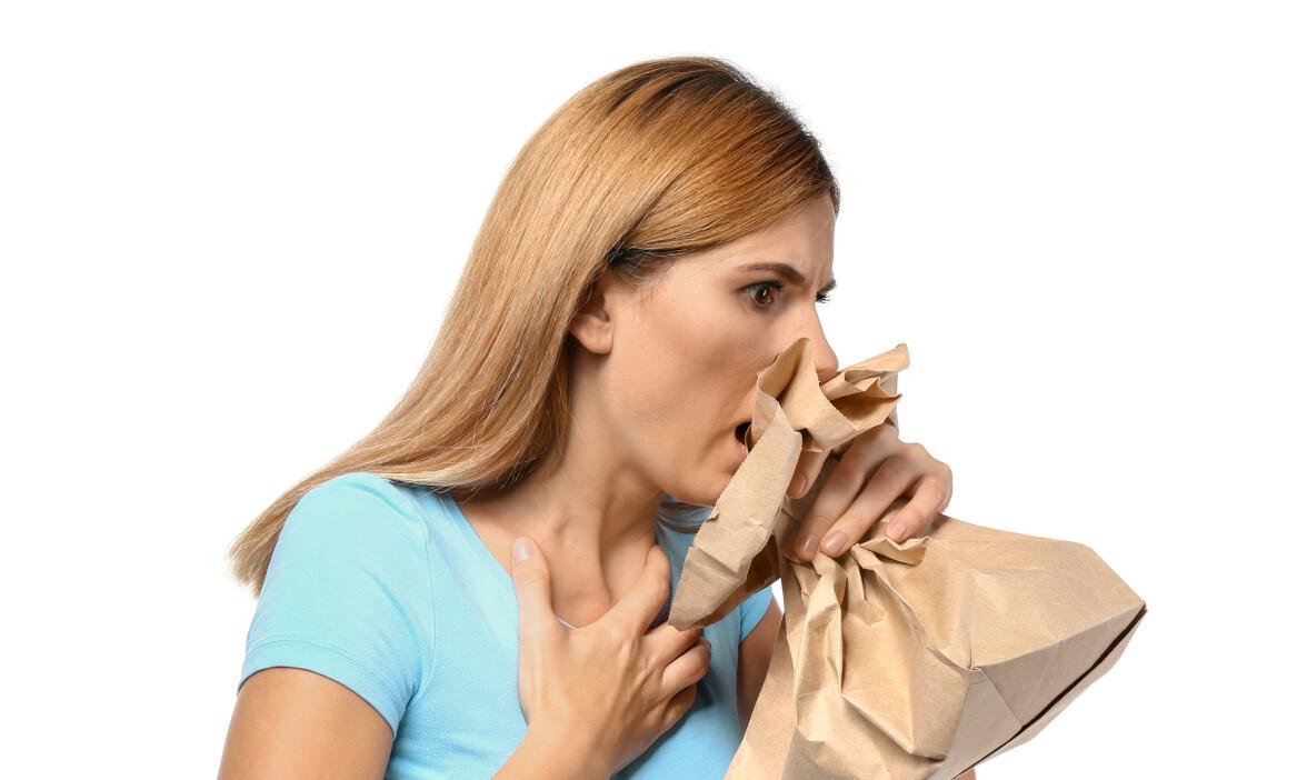 BEHANDLING VED HYPERVENTILASJON: Ved symptomer på hyperventilasjon blir pasienten ofte bedt om å puste i en pose, men dette kan i noen tilfeller gjøre vondt verre. Foto: Pixel-Shot / Shutterstock / NTB scanpix