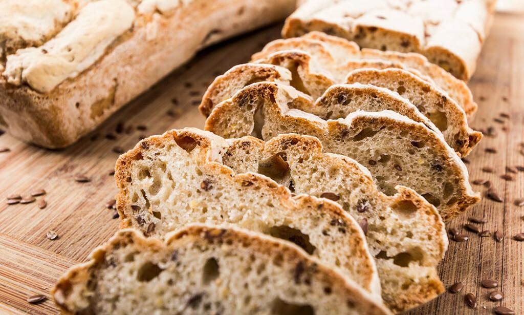 MAT VED CØLIAKI: Hjemmelaget glutenfritt brød. Det blir også stadig lettere å finne glutenfrie alternativer i butikken. Foto: Katarzyna Wojtasik / Shutterstock / NTB