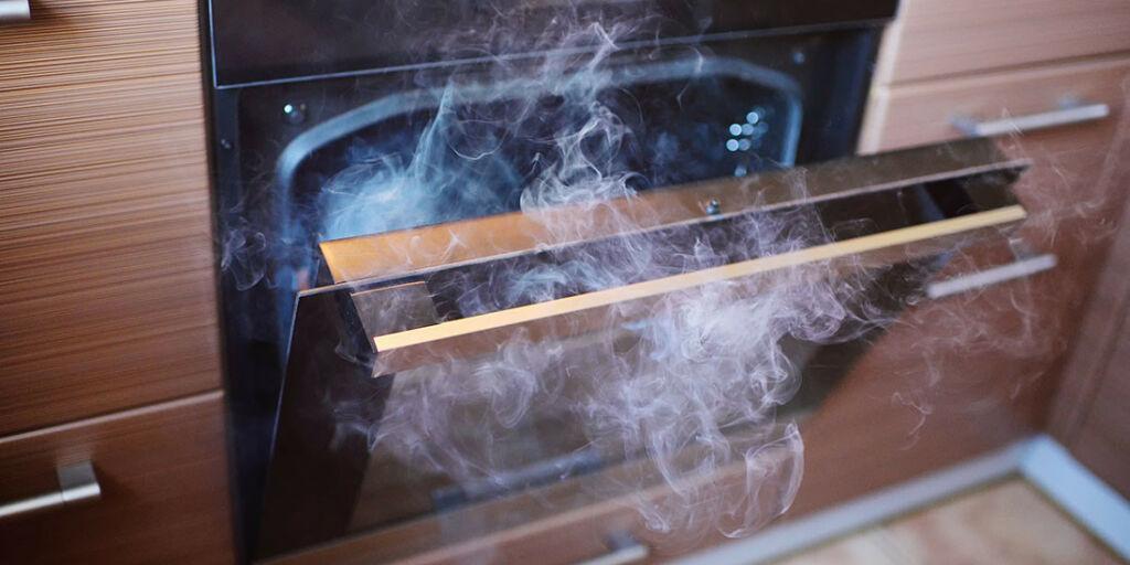 image: Innåndet varm damp og røyk under rens av stekeovn