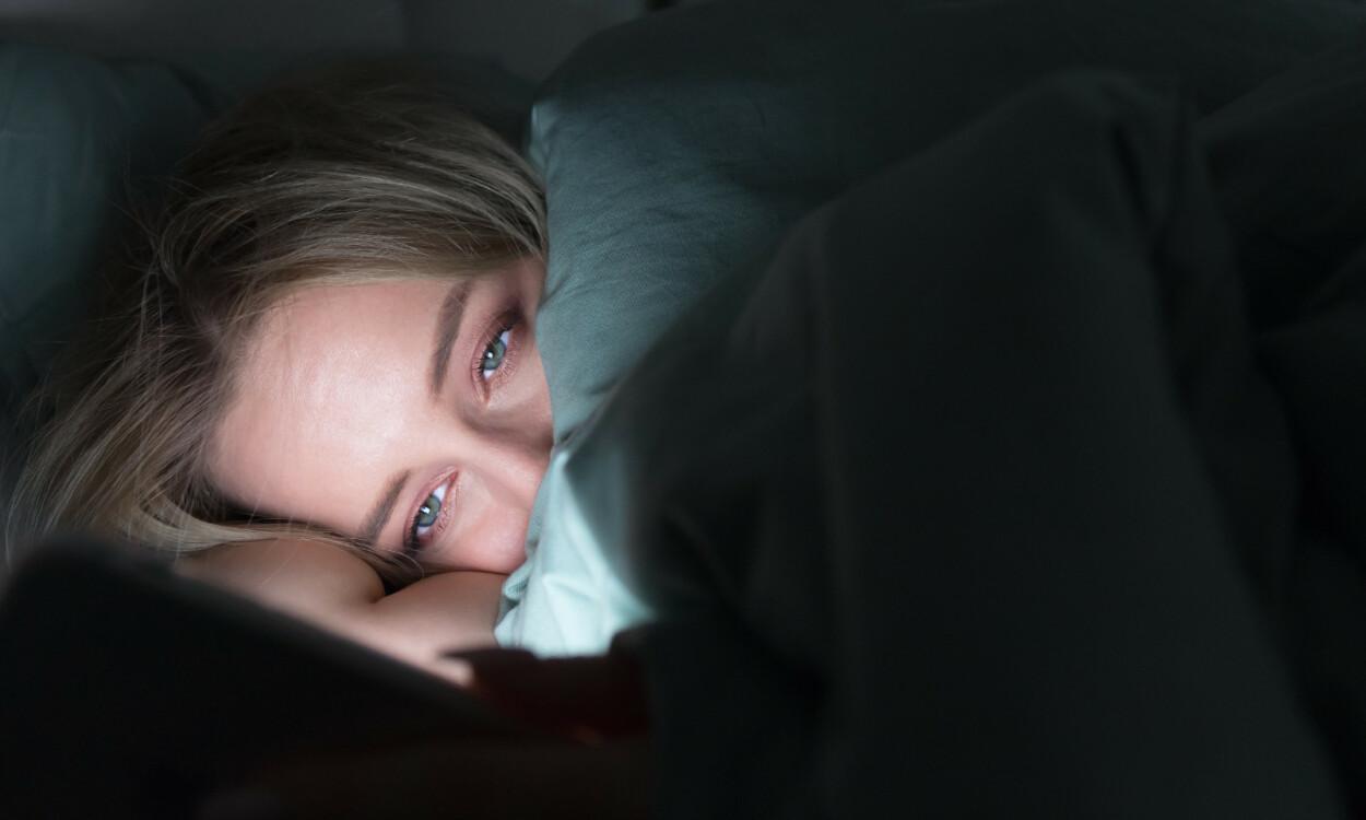 SØVNPROBLEMER: Det er flere årsaker som kan gi søvnproblemer, blant annet bruk av mobiltelefon før leggetid påvirke søvnen negativt. Foto: DimaBerlin / NTB