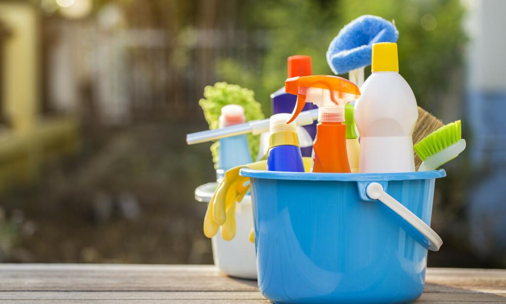 RENGJØRINGSMIDLER: Det kan være lurt å tenke seg om før man blander ulike rengjøringsmidler. Foto: NTB Scanpix