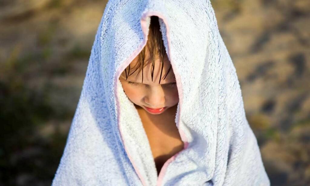 VÆRT UFRIVILLIG UNDER VANN: Alle foreldres mareritt, men du kan trøste deg med at tørrdrukning er et svært sjeldent fenomen. Illustrasjonsfoto: Sabphoto / Shutterstock / NTB