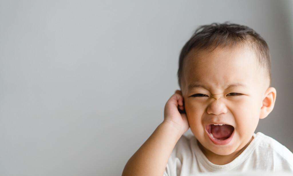 TAR SEG TIL ØRET: Små barn er ofte utsatt for å få ørebetennelse. En symptom på ørebetennelse kan være at barnet tar seg til øret og gråter mer enn normalt. Foto: MIA Studio / NTB