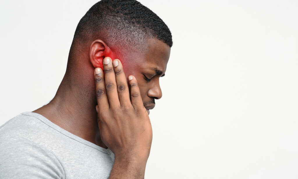 ØREBETENNELSE: Et vanlig symptom på ørebetennelse er smerter i det affiserte øret. Foto: Prostock-studio / NTB
