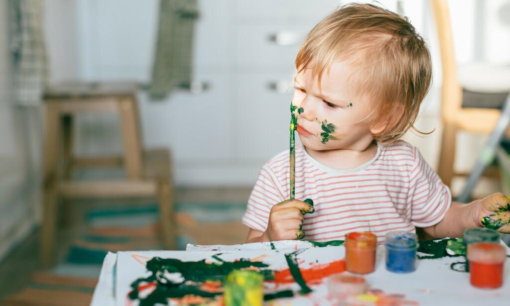 PUTTE TING I NESA: Barn elsker å utforske, og en del av leken kan gjerne være å putte ting i munn eller nese. Foto: NTB Scanpix