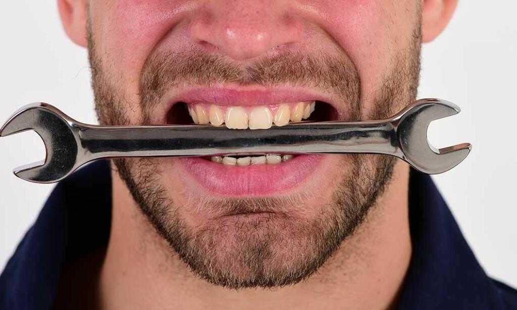 SMAKER METALL: Opplever du en vedvarende smak av metall i munnen, bør du forsøke å finne ut hvorfor. Foto: Just dance / Shutterstock / NTB