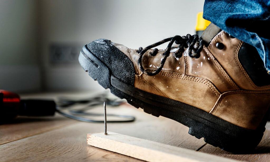 SKADE ETTER TRÅKK PÅ SPIKER: Kan være skikkelig smertefullt. Foto: Rawpixel.com / Shutterstock / NTB