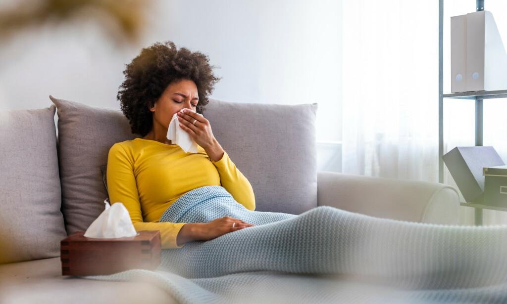 INFLUENSA: Det er vanlig at influensaviruset gir symptomer fra luftveiene, slik som rennende nese, smerter i hals og tørrhoste. Foto: Dragana Gordic / NTB